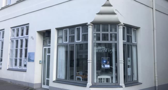 Blick von außen auf die Geschäftsräume der Lübecker Wortwerft